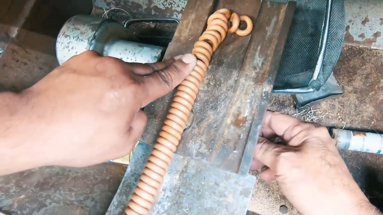 cutting gold coil to separate links